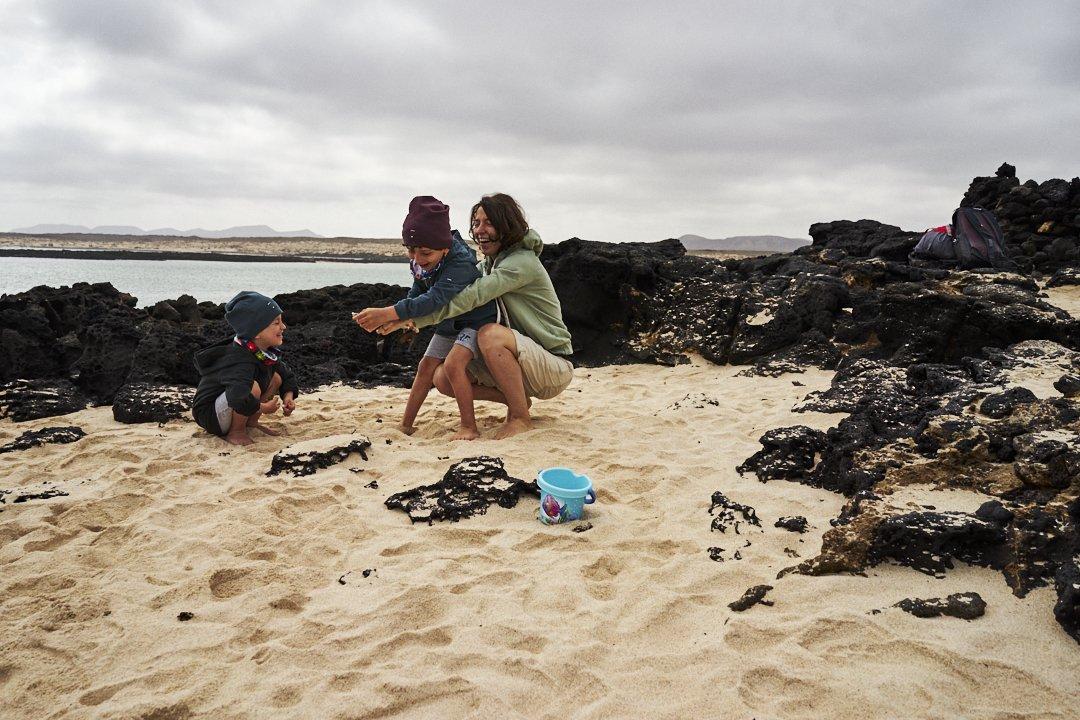 Vacanza a Fuerteventura mamma e figlio giocano in spiaggia